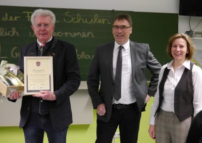 Als Dankeschön erhielt MdL Günther Knoblauch von der Schulleitung eine Urkunde. (v.l. MdL Günther Knoblauch, Schulleiter Hartmut Umhöfer, stellv. Schulleiterin Ruth Gester)