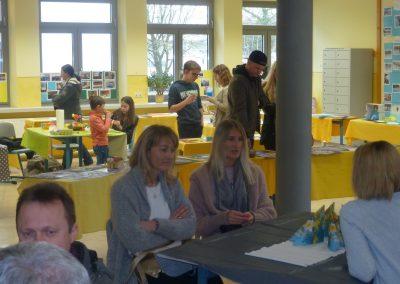 Die Besucher informierten sich am Tag der offenen Schule über Informations- und Unterrichtsma-terialien und in zahlreichen Einzelgesprächen über die Perspektiven an der Wirtschaftsschule.